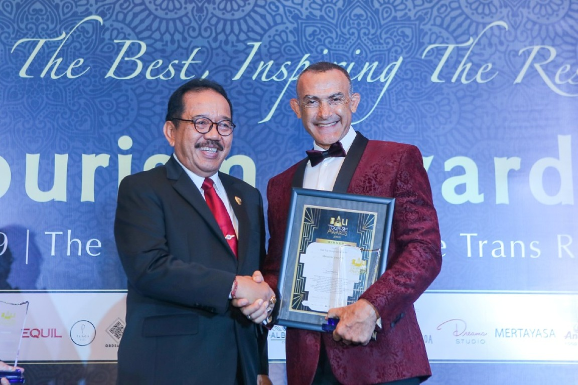 General-Manager-The-Trans-Resort-Bali-Received-Award-from