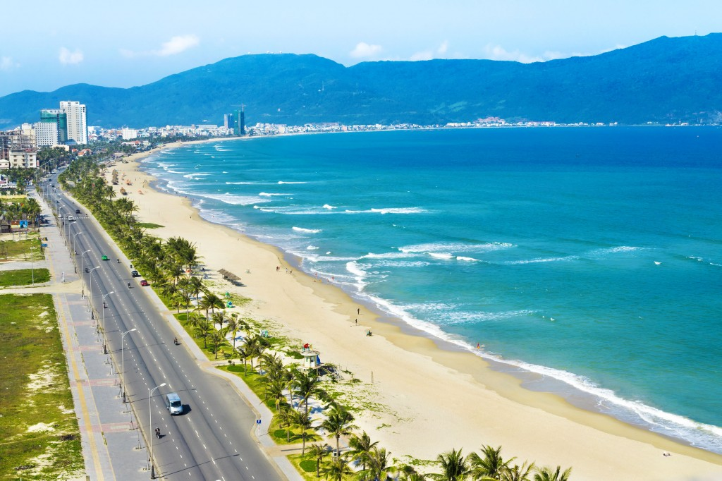 Danang-beach-stretching-nearly-60km-(usually-located-in-the-resort-of-Da-Nang)_fivebest_tropicallife