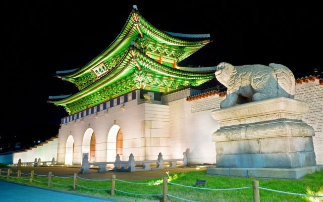 gyeongbokgung-gates-at-night