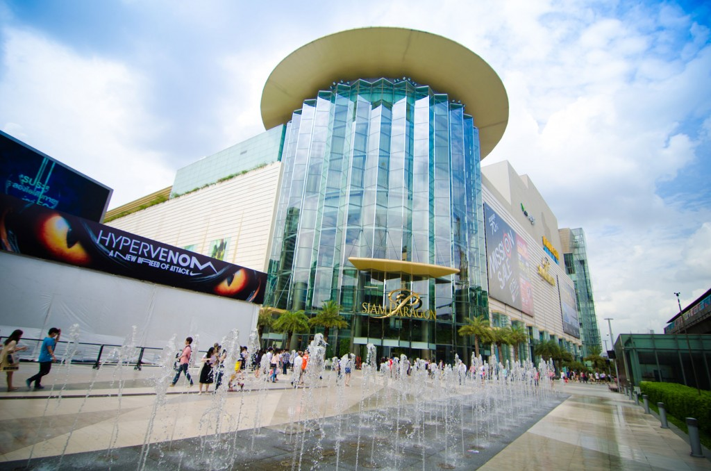 Shoppers-visit-Siam-Paragon-mall-in-Siam-Square-mall-Bangkok,Thailand_tropicallife